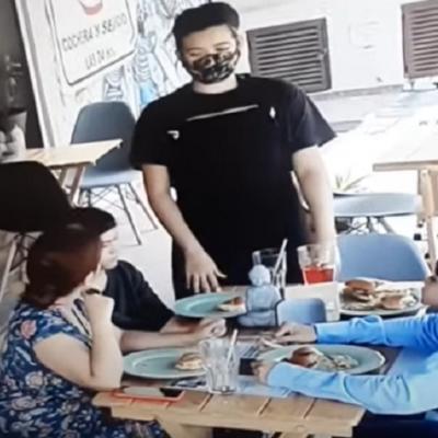 Familia le pone pelos a su comida para no pagar la cuenta de restaurante