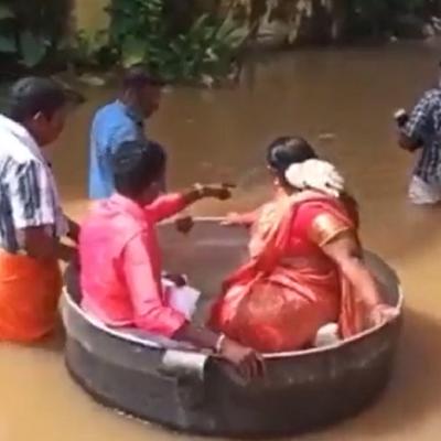 Pareja cruza inundación en una olla gigante para llegar a su boda